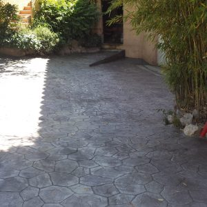 Après - Le motif pavé irrégulier gris s'intègre bien dans l'environnement !