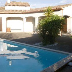 Visualisation de la forte pente entre la maison et la piscine. Palmier et skimmers à coffrer.