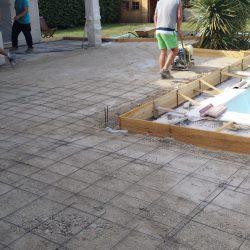 Préparation de chantier: tout-venant compacté, treillis soudé et coffrage.