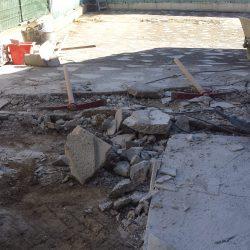 Décaissage de l'ancienne terrasse devant le portail d'entrée.
