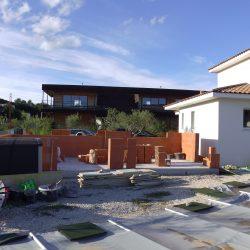 Début du projet global pour le propriétaire avec la construction du pool-house. On voit l'espace entre celui-ci et la piscine, où sera réalisée la terrasse en béton imprimé !