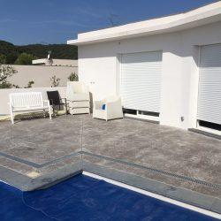 La plage de piscine, élément central devant le pool-house où installer un salon d'extérieur !
