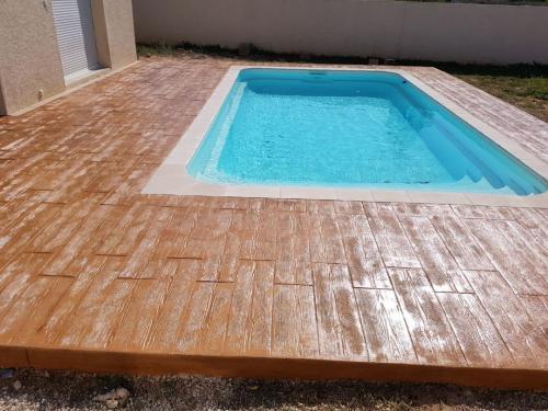 Plage piscine motif bois - Béton imprimé