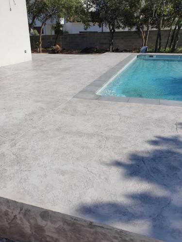 Plage piscine motif roche - Béton imprimé