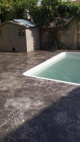 Plage piscine motif roche grise - Béton imprimé